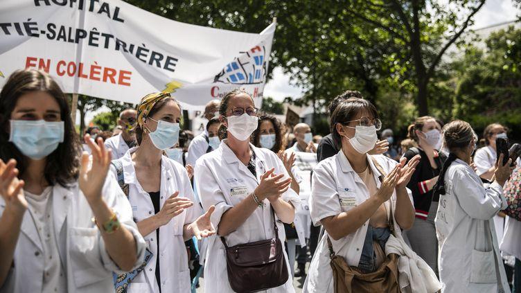 Des soignants manifestent devant le ministère de la Santé pour demander une hausse des moyens pour l'hôpital, le 16 juin 2020 à Paris. (YANN CASTANIER / HANS LUCAS / AFP)
