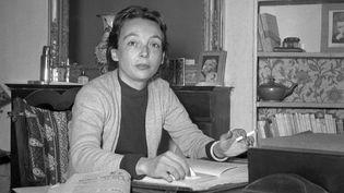 Marguerite Duras (1914-1996) au début des années cinquante, à son domicile parisien.  (STF / AFP)