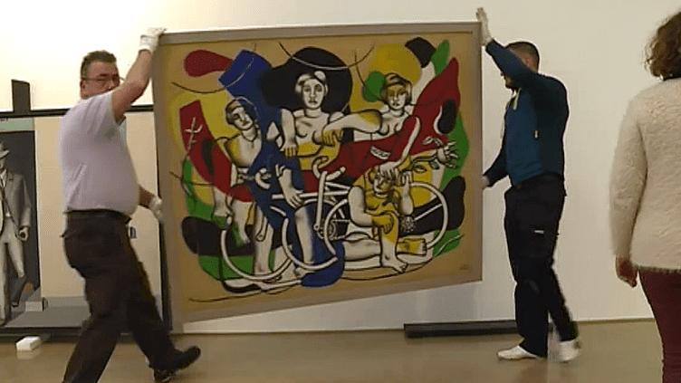 """Illustration du vis-à-vis artistique : l'installation finale de la toile de Fernand Léger """"Les Quatre cyclistes"""" (1943-1948) qui va côtoyer """"L'oeuvre au cycliste"""" (1939) du peintre français Jean Hélion.  (France 3 Culturebox (capture d'écran))"""