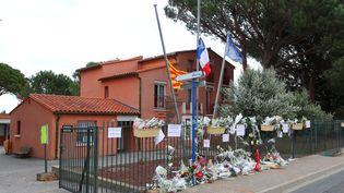 Des fleurs sont déposées devant la mairie de Saint-Féliu-d'Avall (Pyrénées-Orientales), après la collision mortelle entre un car scolaire et un TER à Millas, le 22 décembre 2017. (MAXPPP)