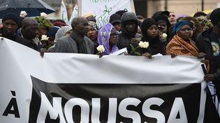 Une marche silencieuse pour rejoindre les lieux de la fusillade qui a tué le jeune Moussa, êgé de 14 ans. Trappes (Yvelines), le 4 mai 2015u drame. (ERIC FEFERBERG / AFP)