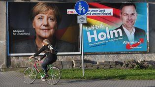 Une affiche pour le parti d'extrême droite Alternative pour l'Allemagne (AfD) cotoie une affiche pour le parti conservateur CDU d'Angela Merkel, à Stralsund, en Allemagne, le 15 septembre 2017. (STEFAN SAUER / DPA / AFP)