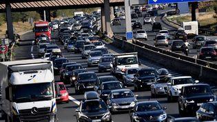 Un embouteillage près de Chasse-sur-Rhône (Isère), le 1er août 2020. (JEFF PACHOUD / AFP)