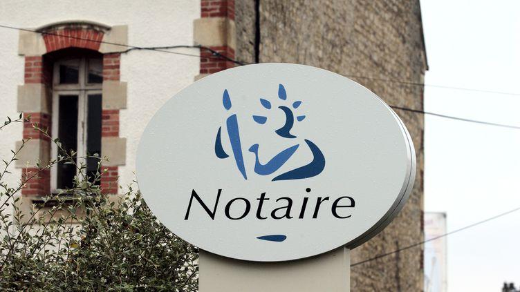 L'emblême d'un office notarial àCaen (Calvados), le22 août 2007. (MYCHELE DANIAU / AFP)