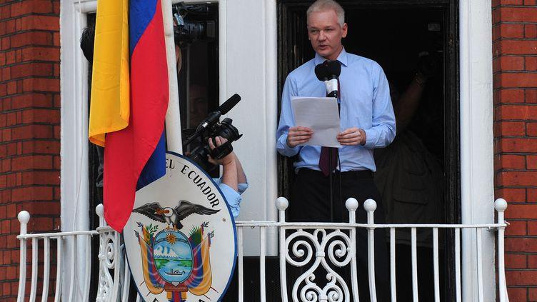 Le fondateur de WikiLeaks, Julian Assange, prononce un discours au balcon de l'ambassade d'Equateur, à Londres (Royaume-Uni), le 19 août 2012. (CARL COURT / AFP)