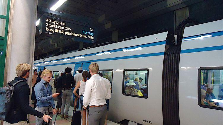 Des voyageurs en gare de Stockholm en 2018. (PATRICK LEFEVRE / MAXPPP)