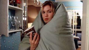 """Bridget Jones (interprétée par Renée Zellweger) craque pour un pot de glace dans le film """"Le Journal de Bridget Jones : l'âge de raison"""", sorti au cinéma en 2004. (SIPA)"""