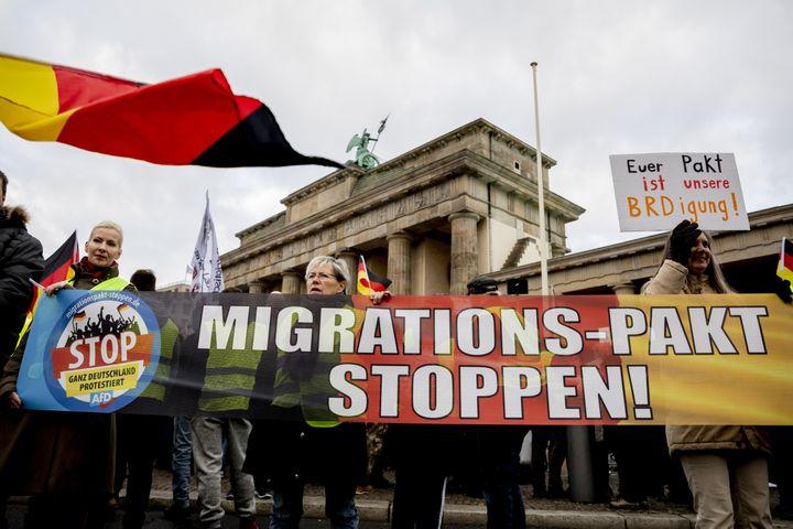 """Des manifestants d'extrême droite vêtus de """"gilets jaunes"""" devant la porte de Brandebourg à Berlin (Allemagne), le 1er décembre 2018. (CHRISTOPH SOEDER / DPA / AFP)"""