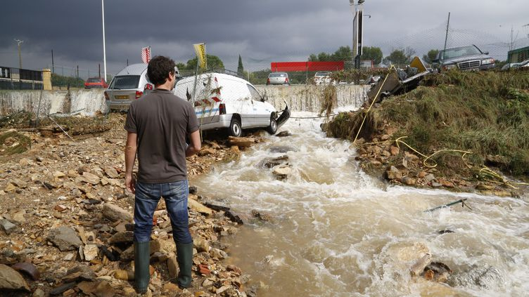 Un torrent d'eau dévale un chemin à La Calmette (Gard), le 10 octobre 2014. (  MAXPPP)