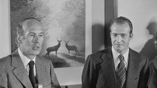 Valéry Giscard d'Estaing et leprince d'Espagne Juan Carlos lors d'une partie de chasse à Chambord, le 22 février 1975. (HENRI BUREAU / SYGMA /VCG VIA GETTY IMAGES)