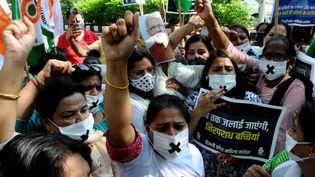 Des Indiennes manifestent leur colère après le viol d'une jeune fille de 9 ans à Delhi, le 3 août 2021. (IMTIYAZ KHAN / ANADOLU AGENCY / AFP)