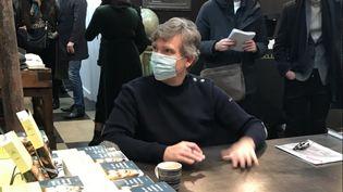 Arnaud Montebourg en séance de dédicace de son livre à Paris, samedi 16janvier 2021. (JULIE PACAUD / RADIO FRANCE)
