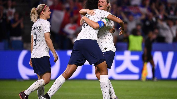 Amandine Henry félicitée par ses coéquipières après son but décisif face au Brésil, dimanche 23 juin, au Havre. (FRANCK FIFE / AFP)