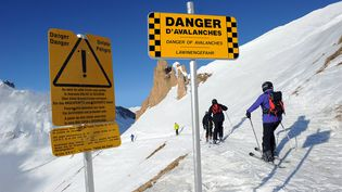 Un panneau prévenant des risques d'avalanche, le 19 janvier 2011, à Tignes (Savoie). (Photo d'illustration) (PHILIPPE DESMAZES / AFP)