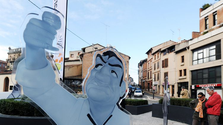 Lino Ventura trinque à la santé des passants, sur un rond-point de Montauban.  (Eric Cabanis / AFP)