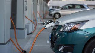 Des bornes de ravitaillement de voitures électriques en Chine. (ZHANG PENG / LIGHTROCKET)