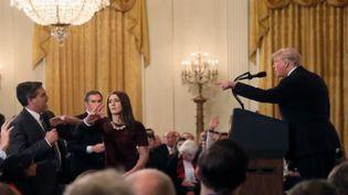 Le journaliste de CNN Jim Acosta s'écharpe avec Donald Trump en pleine conférence de presse. (FRANCE 2)
