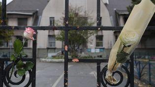Des fleurs en hommage à Christine Renon devant l'école dont elle était la directrice, à Pantin (Seine-Saint-Denis), le 5 octobre 2019. (GEOFFROY VAN DER HASSELT / AFP)