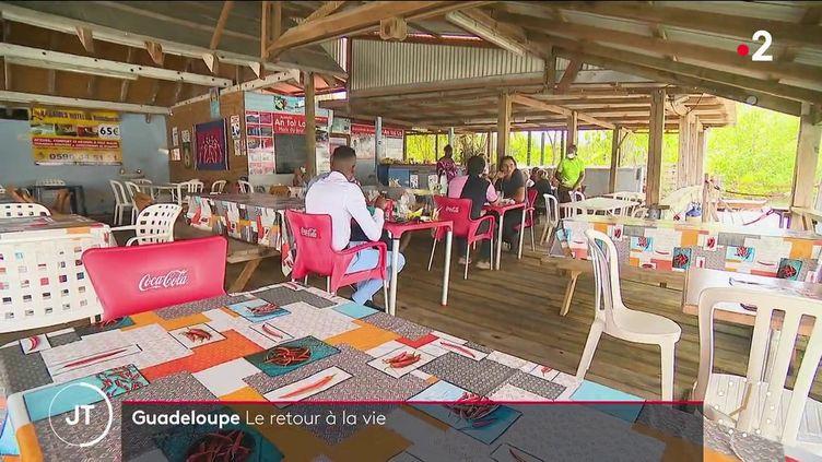 Dans un restaurant en Guadeloupe. (France 2)