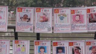 En Chine, chaque année, des dizaines de milliers d'enfants disparaissent, kidnappés. La plupart sont vendus à des familles qui cherchent à adopter à tout prix. (Capture) (FRANCE 2)