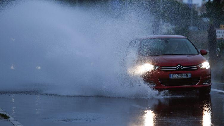 Météo France a placé six départements en alerte orange aux inondations, lundi 3 février. De fortes crues sont attendues dans la nuit. (PASCAL GUYOT / AFP)