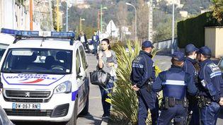 Des policiers stationnent devant le lycée Tocqueville de Grasse (Alpes-Maritimes), le 17 mars 2017. (MAXPPP)
