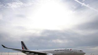 Un avion Air France sur le tarmac de l'aéroport de Roissy-Charles-de-Gaulle, le 12 octobre 2015. (THOMAS SAMSON / AFP)