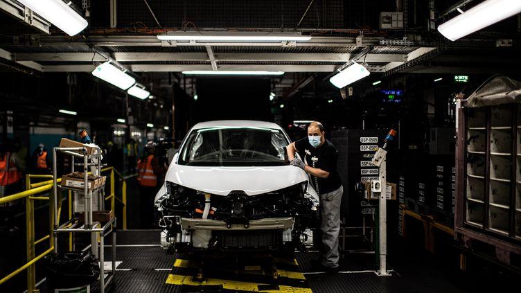 Un ouvrier travaille sur une chaîne de montage dans l'usine Renault de Flins-sur-Seine (Yvelines), le 6 mai 2020. (MARTIN BUREAU / AFP)