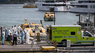 Des soignants attendent des passagers de Costa Croisières suspectés d'être positifs au Covid-19, au port de Miami, le 26 mars 2020. (EVA MARIE UZCATEGUI / AFP)