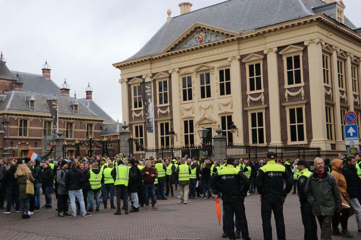 """Des """"gilets jaunes"""" néerlandais manifestent contre l'augmentation du coût des carburants et la baisse de leur pouvoir d'achat, le 1er décembre 2018, à La Haye (Pays-Bas). (ABDULLAH ASIRAN / ANADOLU AGENCY / AFP)"""