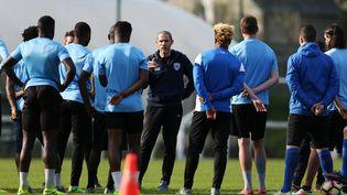 L'entraîneur d'Avranches (Manche), Damien Ott, coache ses joueurs, le 3 avril 2017. (CHARLY TRIBALLEAU / AFP)