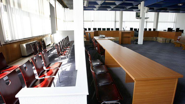 L'emplacement réservé aux jurés et aux avocats des parties civiles dans la salle d'audience de la cour d'assises du Bas-Rhin, à Strasbourg. (Photo d'illustration) (OLIVIER MORIN / AFP)