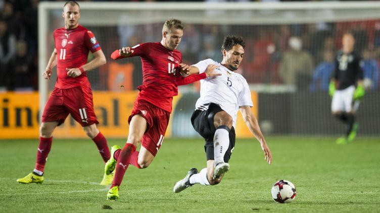 Mats Hummels prend le meilleur sur deux défenseurs tchèques (ROBERT MICHAEL / AFP)