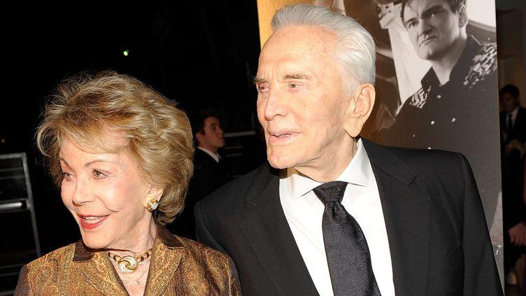 Kirk Douglas et son épouse Anne Buydens à Santa Barbara en 2009  (Michael Buckner / Getty Images North America / AFP)