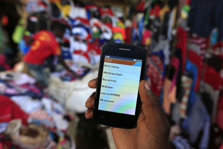 Téléphone avec une opération financière en cours au Kenya le 31 décembre 2014. (REUTERS/Noor Khamis)