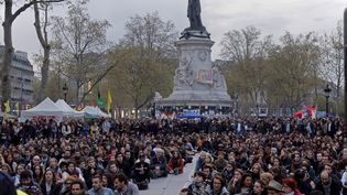 Des participants à Nuit debout écoute des discours, place de la République, à Paris, le 20 avril 2016. (JACKY NAEGELEN / REUTERS)