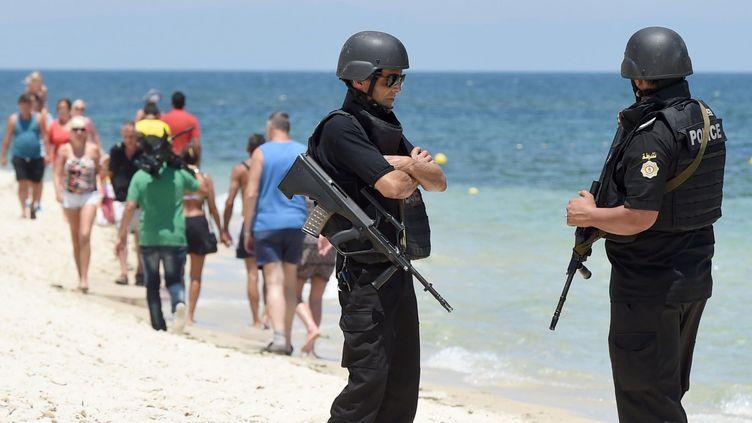 Deux policiers surveillent la plage de Sousse lors d'une cérémonie de commémoration des victimes de l'attentat du 26 juin, le 3 juillet 2015. (AFP PHOTO / FETHI BELAID)