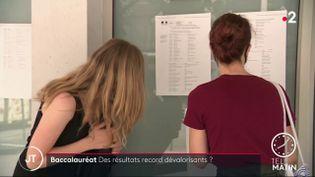 Des élèves regardant leurs résultats au bac 2020. (France 2)