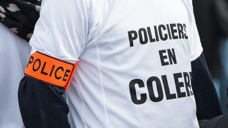 Un policier manifeste sur le vieux port à Marseille (Bouches-du-Rhône), le 26 octobre 2016. (MAXPPP)
