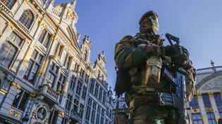 Un soldat belge sur la Grand-Place de Bruxelles (Belgique), le 23 novembre 2015. (YVES HERMAN / REUTERS)