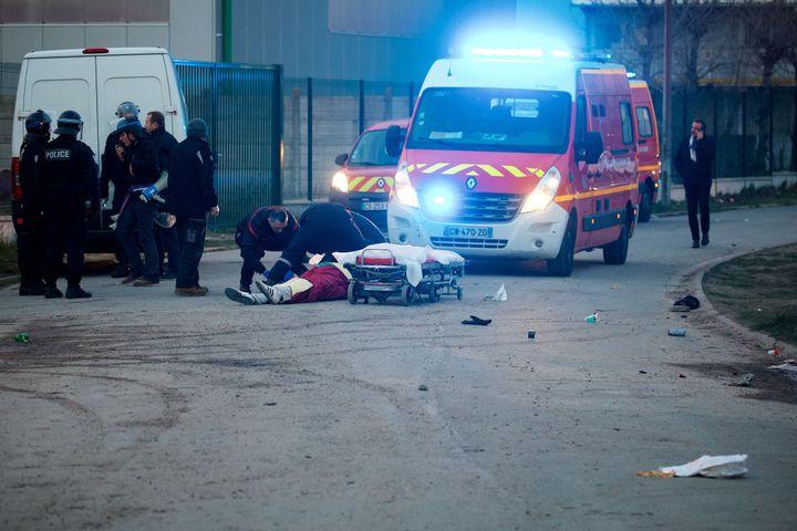 Un migrant, blessé après une rixe, pris en charge par des pompiers, le 1er février 2018 à Calais (Pas-de-Calais). (MAXPPP)