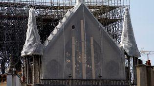 La rosette de Notre-Dame de Paris, recouverte d'un filet protecteur après l'incendie. (LIONEL BONAVENTURE / AFP)