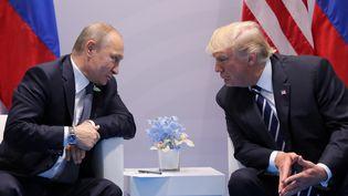 Le président russe Vladimir Poutine et le président américain Donald Trump lors du sommet du G20 à Hambourg, le 7 juillet 2017. (CARLOS BARRIA / REUTERS)