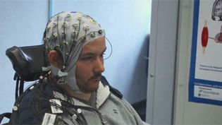 Des scientifiques ont créé un casque à capteurs permettant à un tétraplégique de contrôler un jeu vidéo. (FRANCEINFO)