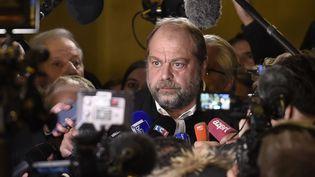 L'avocatEric Dupond-Moretti face aux médias, le2 novembre 2017, à la sortie de la salle d'audience du palais de justice de Paris, après le verdict du procès Merah. (STEPHANE DE SAKUTIN / AFP)
