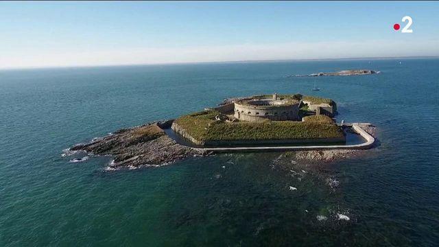 Patrimoine : une centaine de bénévoles tentent de rénover l'île du large de Saint-Marcouf dans la Manche