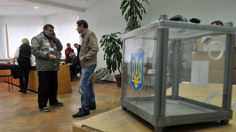 Des membres d'une commission électorale prépare un référendum sur l'indépendance à Donetsk (Ukraine), le 8 mai 2014. (GENYA SAVILOV / AFP)