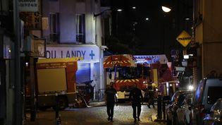 Des pompiers autour du bâtiment ravagé par un incendie à Aubervilliers (Seine-Saint-Denis), le 19 août 2018. (THOMAS SAMSON / AFP)
