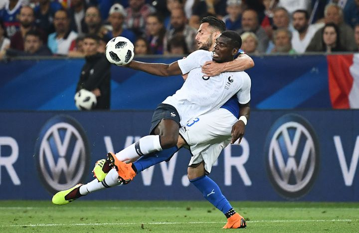 Le défenseur italien Danilo D'Ambrosio ceinture Paul Pogba lors d'un match amical France-Italie à Nice (Alpes-Maritimes), le 1er juin 2018. (FRANCK FIFE / AFP)
