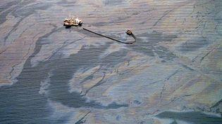 """Un remorqueur écume la nappe de pétrole échappée de l'""""Exxon Valdez"""", le 1er avril 1989. (CHRIS WILKINS / AFP)"""